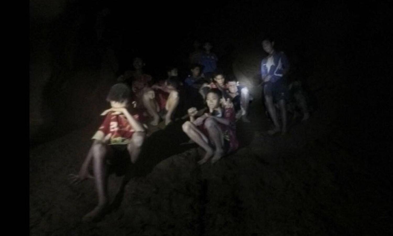 11 سے 16 سال کی عمر کے 12 بچے اور ان کے کوچ 23 جون کو فٹبال پریکٹس کے بعد شمالی تھائی لینڈ کے پہاڑی علاقے میں واقع غار 'تھام لوآنگ' آئے تھے — فوٹو: اے ایف پی
