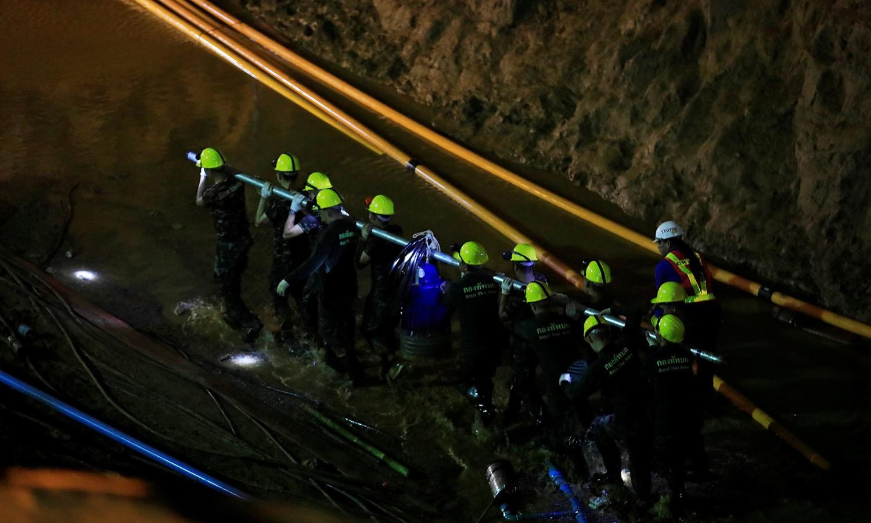 غار میں 9 کرب ناک دن گزارنے کے بعد برطانیہ کے دو غوطہ خوروں نے ان کی نشاندہی کی، جنہیں دیکھ کر ان 13 افراد کی ہمت بندھی — فوٹو: اے ایف پی