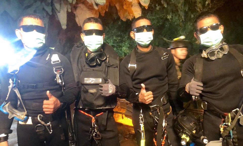 غار میں پھنسے بچوں اور کوچ کو حیرت انگیز اور انتہائی پرخطر ریسکیو آپریشن کے بعد نکالے جانے کا اعلان تھائی نیوی سیلز نے کیا — فوٹو: اے ایف پی