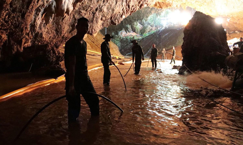 شدید بارشوں کے نتیجے میں آنے والے طوفان کے بعد اس گہرے غار میں پھنس گئے تھے — فوٹو: اے ایف پی