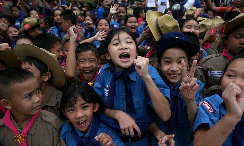 ریسکیو آپریشن کے ذریعے غار سے نکالے جانے والے تمام افراد کیلئے تھائی لینڈ کے اسکولوں میں بھی بچوں نے اپنی خوشی کا اظہار کیا — فوٹو: اے ایف پی
