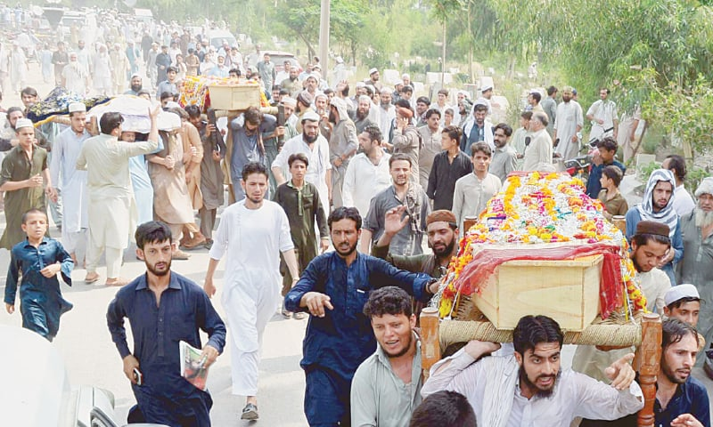 PESHAWAR: People on Wednesday attend the funeral procession of ANP leader Haroon Bilour and others who lost their lives in a bomb attack here on Tuesday night.—PPI
