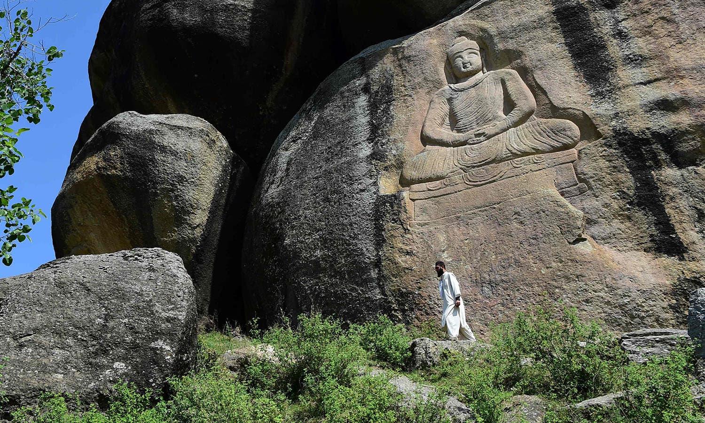 پہاڑ پر تراشا گیا بدھا کا یہ مجسمہ 6 میٹر یعنی تقریباً 20 فٹ بلند ہے—فوٹو:اے ایف پی