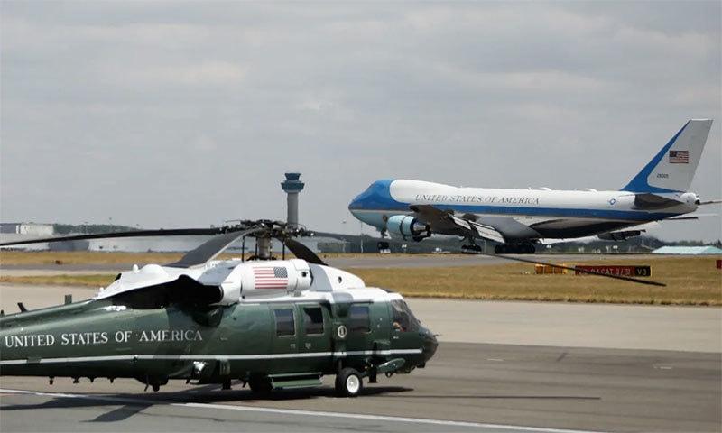 امریکی صدر کا طیارہ ائیرفورس ون برطانوی سرزمین پر لینڈ کرتے ہوئے—اے ایف پی فوٹو