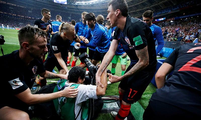کروشیا کے کھلاڑی مل کر فوٹو گرافر کو اٹھا رہے ہیں