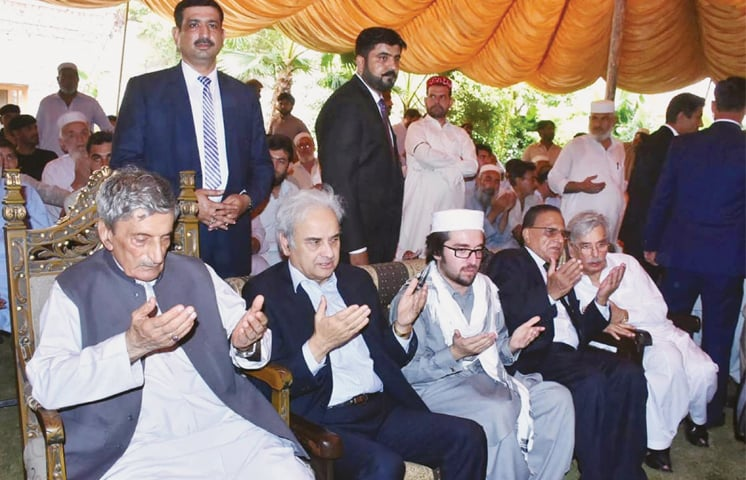 PESHAWAR:  Caretaker Prime Minister Nasirul Mulk offers Fateha for the late Haroon Bilour at Bilour House on Thursday.—INP