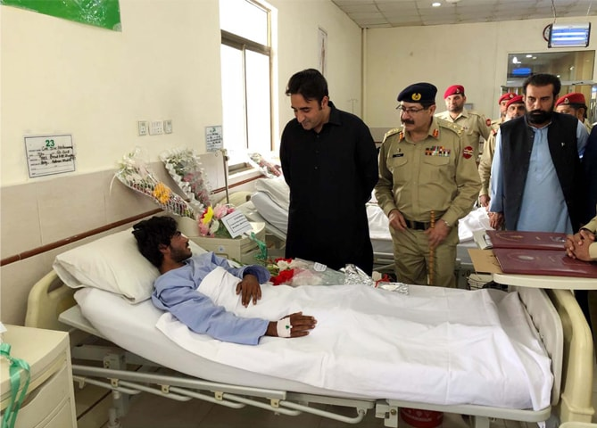QUETTA: Pakistan Peoples Party chairman Bilawal Bhutto-Zardari inquires about the health of a man injured in Mastung blast at the Combined Military Hospital on Monday.—PPI