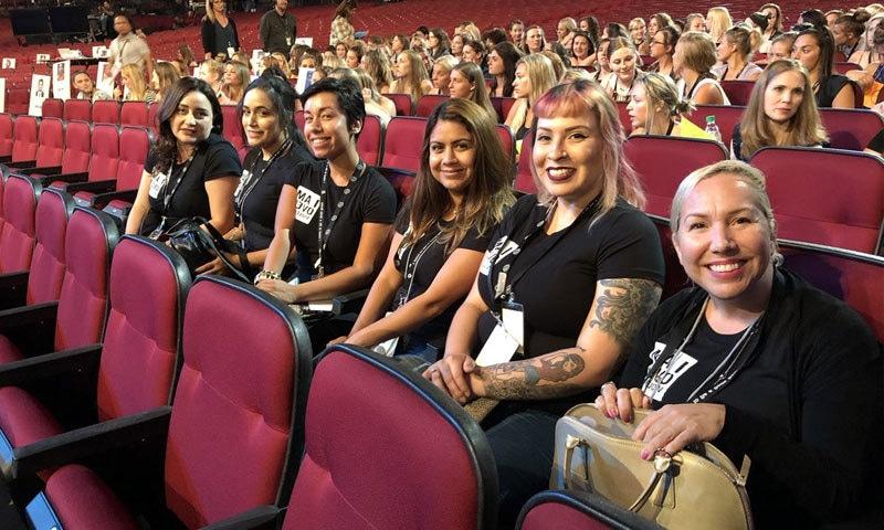 ریپ کی شکار خواتین ایوارڈ تقریب میں شامل ہیں—فوٹو: کیری پوٹس ٹوئٹر