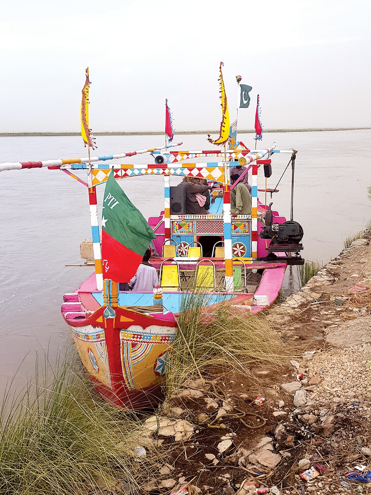 A boat with a PTI flag at the bank of Indus River in Dera Ismail Khan | Danial Shah