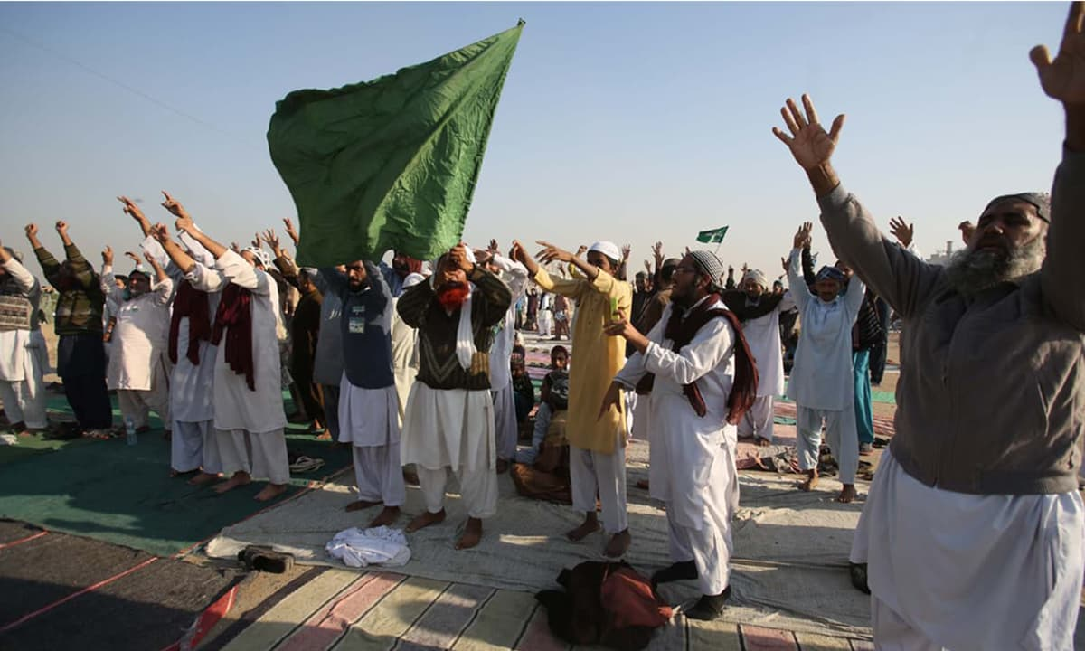 Religious protesters in Karachi's Korangi area show support for the Tehreek-e-Labbaik's sit-in  at Faizabad | White Star