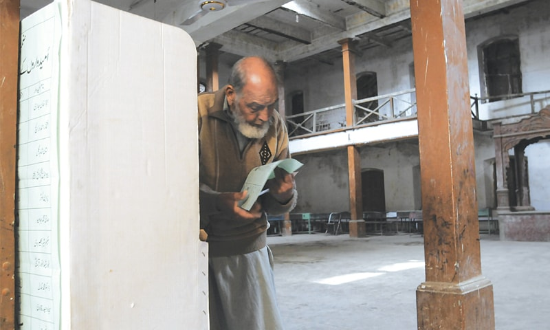 A senior citizen keen on exercising his right to vote | Photo by Tanveer Shahzad/White Star