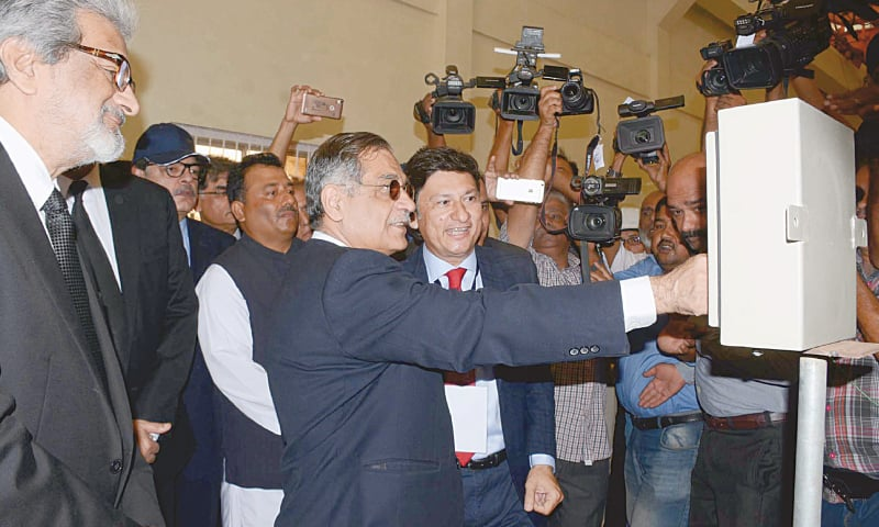 Chief Justice Mian Saqib Nisar inaugurates the sewage treatment plant on Sunday.—PPI