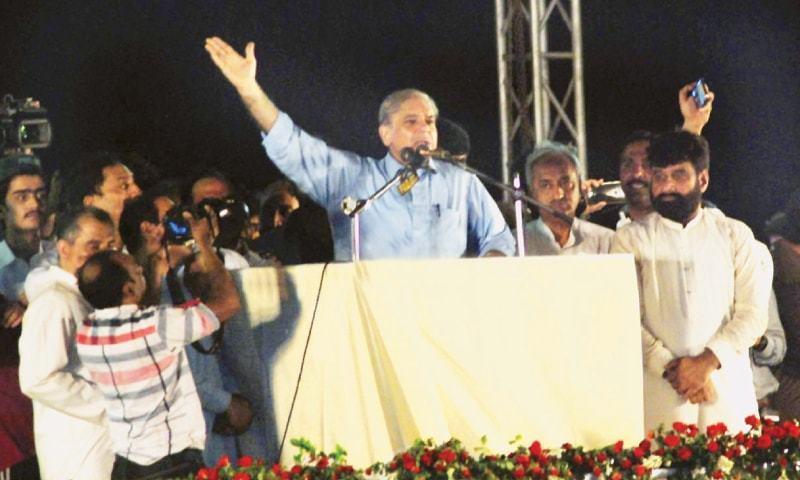 پاکستان مسلم لیگ (ن) کے صدر شہباز شریف ملتان میں عوامی جلسے سے خطاب کررہے ہیں—فوٹو: اے پی پی
