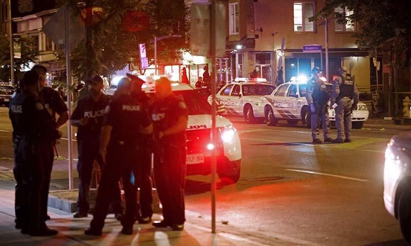ٹورنٹو میں فائرنگ کے واقعے کے بعد پولیس اہلکاروں نے جائے وقوع کو گھیر لیا—فوٹو: اے ایف ہی