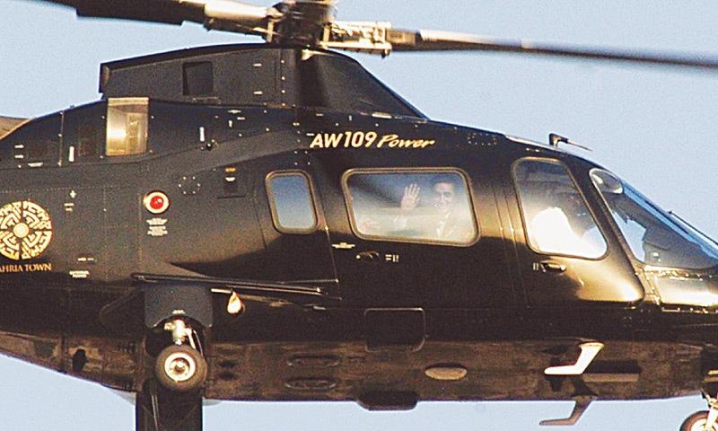 پاکستان پیپلز پارٹی کے چئیرمین ہیلی کاپٹر سے اپنے حامیوں کو ہاتھ ہلا رہے ہیں