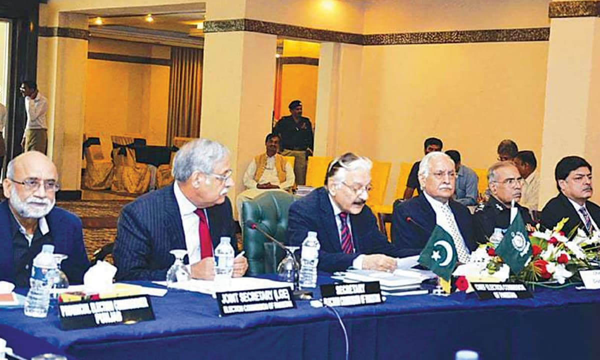 Chief Election Commissioner Sardar Muhammad Raza Khan addressing a meeting in November 2015 | Online