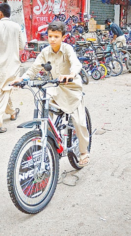A young boy learning to ride a bike in Karachi| Fahim Siddiqui/White Star