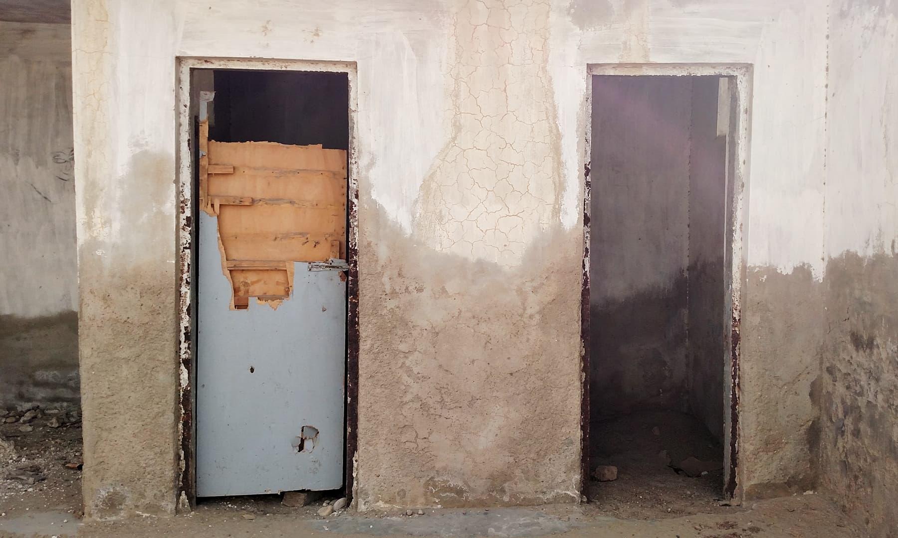 ہاسٹل کے اندر لکڑی کے دروازے خستہ حالت میں موجود ہیں۔— بلال کریم مغل