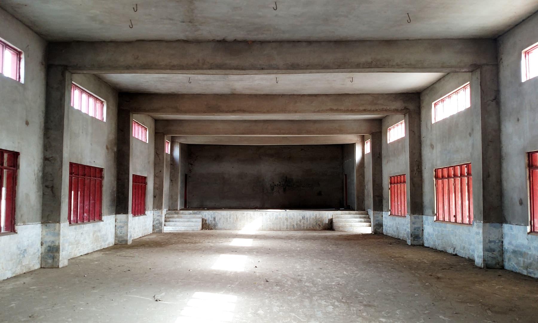 اندر داخل ہونے پر معلوم ہوتا ہے کہ یہ ابھی بھی مکمل نہیں۔— بلال کریم مغل