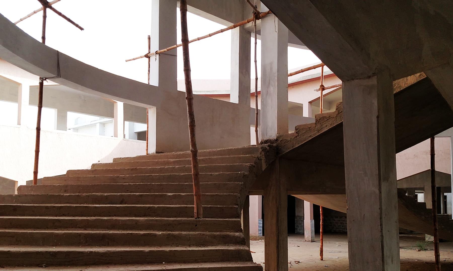 نئے تعمیر شدہ حصے کو سہارا دینے کے لیے لگائے گئے بانس۔— بلال کریم مغل