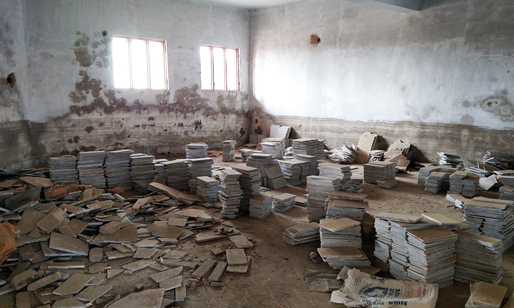 تعمیراتی سامان ایک کلاس روم میں رکھا گیا ہے۔— بلال کریم مغل