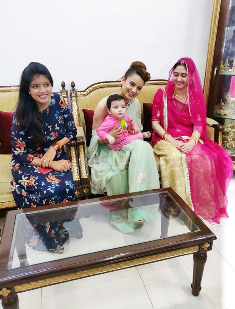 کنگنا نے چھتیس گڑھ کے وزیر اعلیٰ کی بہو، پوتے اور بیٹی کی ساتھ بھی ملاقات کی—فوٹو: دکن کیرونیکل فیس بک