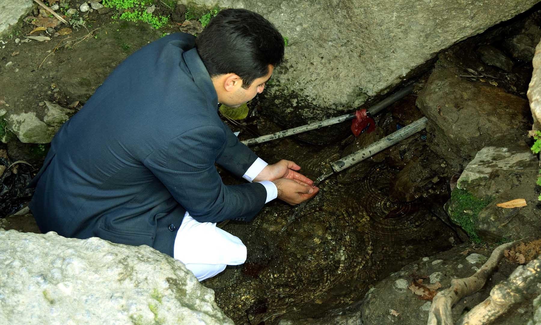 چھٹی یا 7ویں صدی کا میٹھے پانی کا چشمہ جو اَب بھی بہہ رہا ہے اور اس کا پانی قابلِ استعمال ہے—تصویر امجد علی سحاب