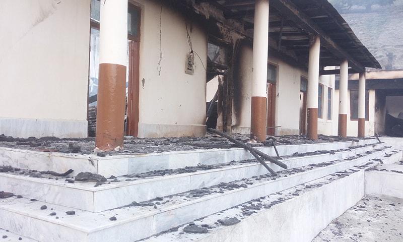 چلاس میں جلایا جانے والا اسکول— فوٹو: عمر باچا