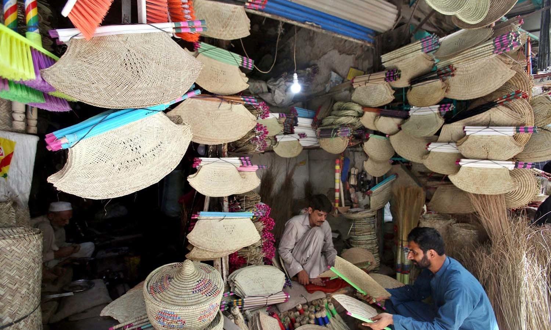 پاکستان کے دیہی علاقوں میں بیشتر خواتین اس پیشے سے وابستہ ہیں  — فوٹو: اے پی