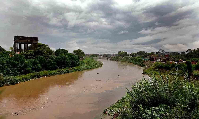 نالہ لئی میں پانی کی سطح 13 فٹ تک بلند ہوگئی جبکہ کسی بھی ہنگامی صورتحال سے نمٹنے کے لیے ضلعی انتظامیہ متحرک ہے — اے پی پی فوٹو