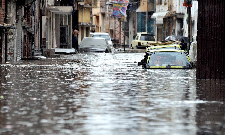 اس کے علاوہ گجرات اور جہلم میں بھی رات بھر بارش کا سلسلہ جاری رہا جس کے باعث دونوں شہروں میں ٹھنڈی ہوائیں چلنے سے گرمی کا زور ٹوٹ گیا — اے پی پی فوٹو