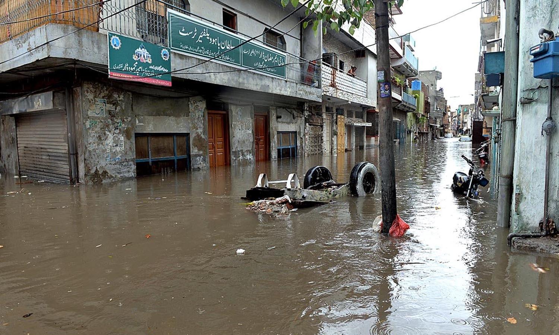 محکمہ موسمیات کے مطابق اسلام آباد میں 170 ملی میٹر، راولپنڈی میں 206، مری میں 97 اور جہلم میں 60 ملی میٹر بارش ہوچکی  ہے — اے پی پی فوٹو