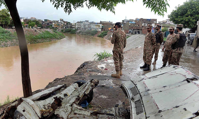 طوفانی بارش کے بعد پانی آبادیوں میں داخل ہوگیا جس کے بعد پاک فوج کے دستے ریسکیو آپریشن کے لیے پہنچ گئے — اے پی پی فوٹو