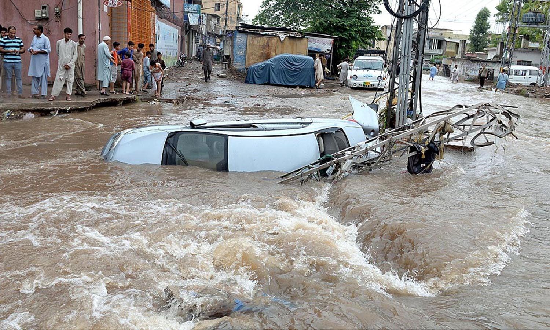 موسلا دھار بارش نے جل تھل ایک کر دیا اور سڑکیں تالاب بن گئیں — اے پی پی فوٹو