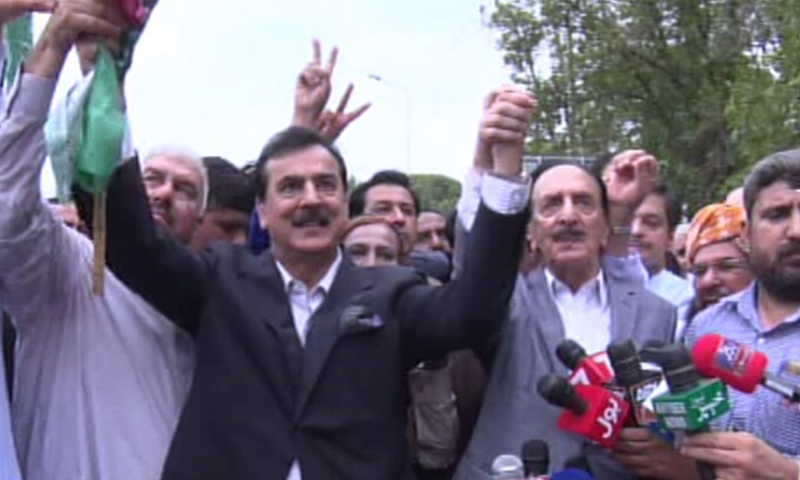 PPP's Yusuf Raza Gillani and PML-N's Raja Zafarul Haq at the protest outside ECP — DawnNewsTV