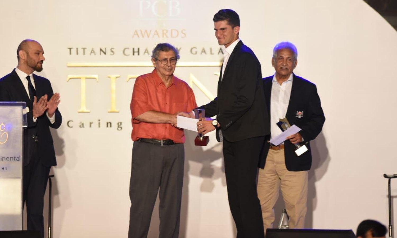 سابق کھلاڑیوں نے نوجوانوں کرکٹرز کو ایوارڈز دیے—فوٹو:پی سی بی