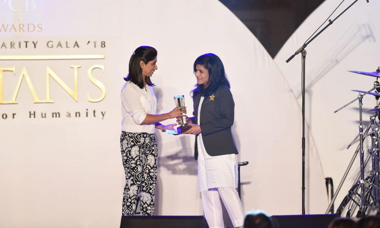 خواتین ٹیم کے اراکین کو ڈومیسٹک کے علاوہ بین الاقوامی مقابلوں میں اچھی کارکردگی پر ایوارڈز سے نوازا گیا—فوٹو:پی سی بی