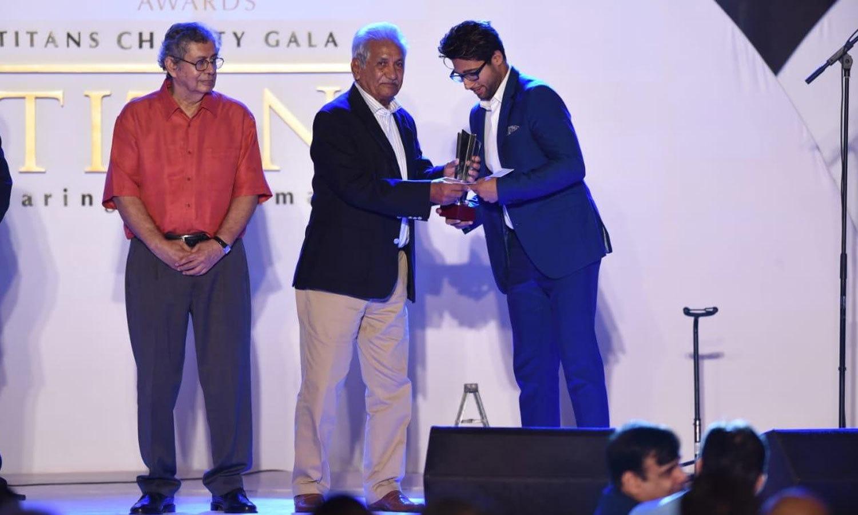 سابق کھلاڑیوں  نے نوجوان کرکٹرز کو ایوارڈ دیے—فوٹو:پی سی بی