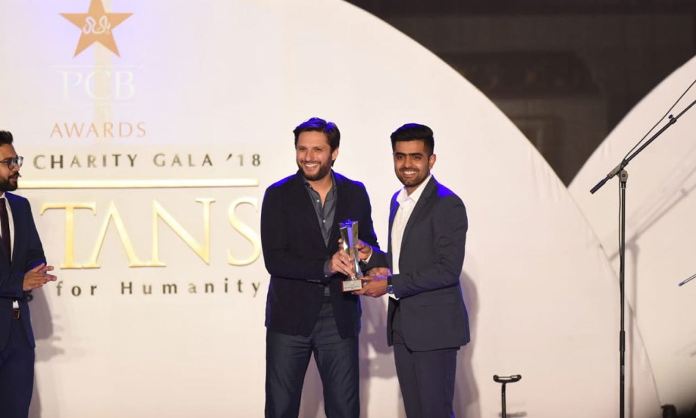 سابق کپتان شاہد آفریدی نے کھلاڑیوں کو ایوارڈ دیا—فوٹو:پی سی بی