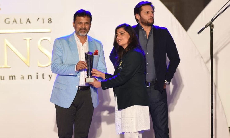 خواتین ٹیم کی سابق کپتان ثنا میر کو بہترین ون ڈے کھلاڑی کا ایوارڈ دیا گیا—فوٹو:پی سی بی