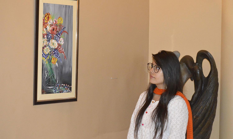 نوجوان آرٹسٹ نمائش کے دوران موجود بھی رہے