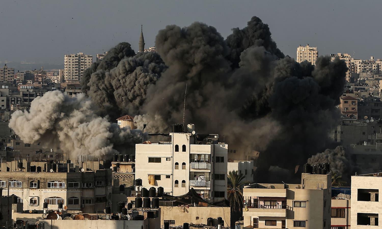 غزہ میں فضائی حملے کے بعد عمارت سے دھواں اٹھ رہا ہے — فوٹو: اے ایف پی