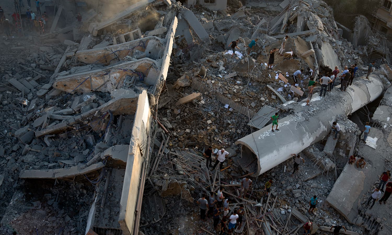 غزہ میں بمباری کے بعد کا منظر — فوٹو: اے ایف پی
