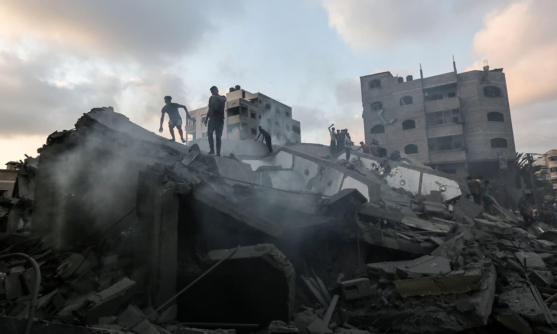 اسرائیلی فوج کی جانب سے آئے روز غزہ میں فضائی حملے کیے جاتے ہیں — فوٹو:  اے ایف پی