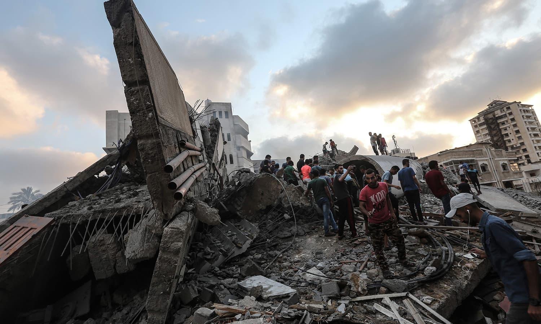 اسرائیل کے  فضائی حملے کے بعد ملبہ ہٹایا جارہا ہے — فوٹو: اے ایف پی