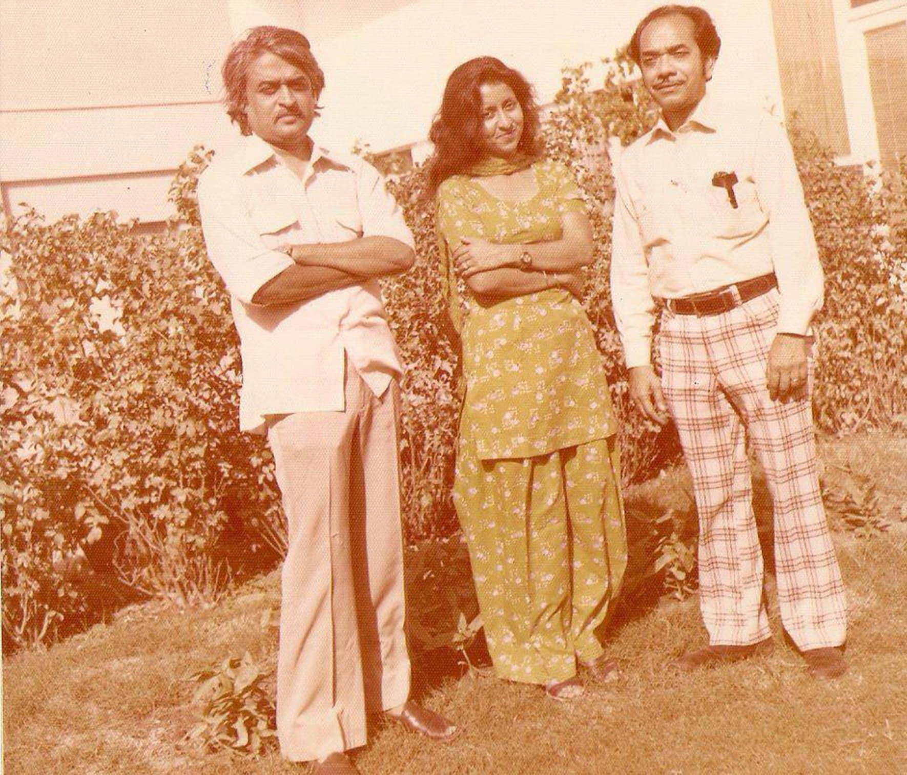 انور مقصود منی بیگم اور ہندوستان سے تعلق رکھنے والے مسٹر دوبے کے ہمراہ—تصویر بشکریہ ونٹیج پاکستان