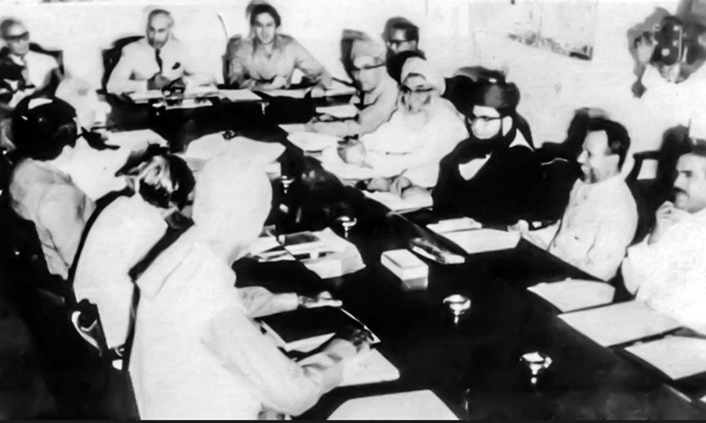 ذوالفقار علی بھٹو PNA کے وفد سے ملاقات کرتے ہوئے۔ فوٹو: ڈان