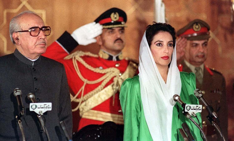 بے نظیر بھٹو پہلی مرتبہ وزیراعظم منتخب ہونے کے بعد حلف اٹھانے کے لیے ایوان صدر میں غلام اسحٰق خان کے ہمراہ