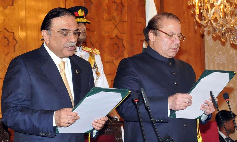 صدر آصف علی زرداری وزیراعظم نواز شریف سے حلف لے رہے ہیں۔ فوٹو: ڈان