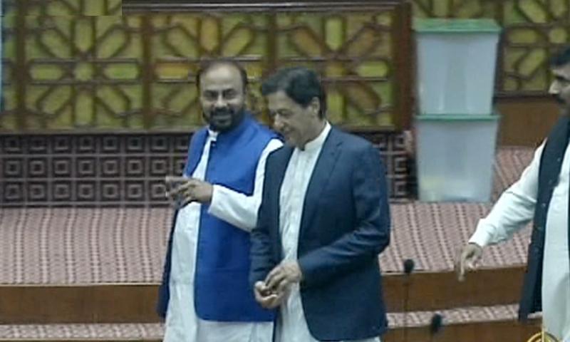 عمران خان قومی اسمبلی کے اجلاس میں شرکت کے لیے آرہے ہیں — فوٹو، ڈان نیوز